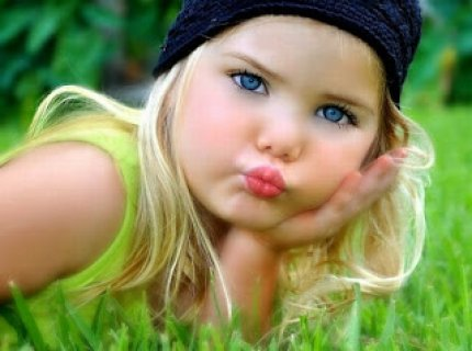 فتاة هادئة خجولة ورومانسية وعلى قدر من الجمال